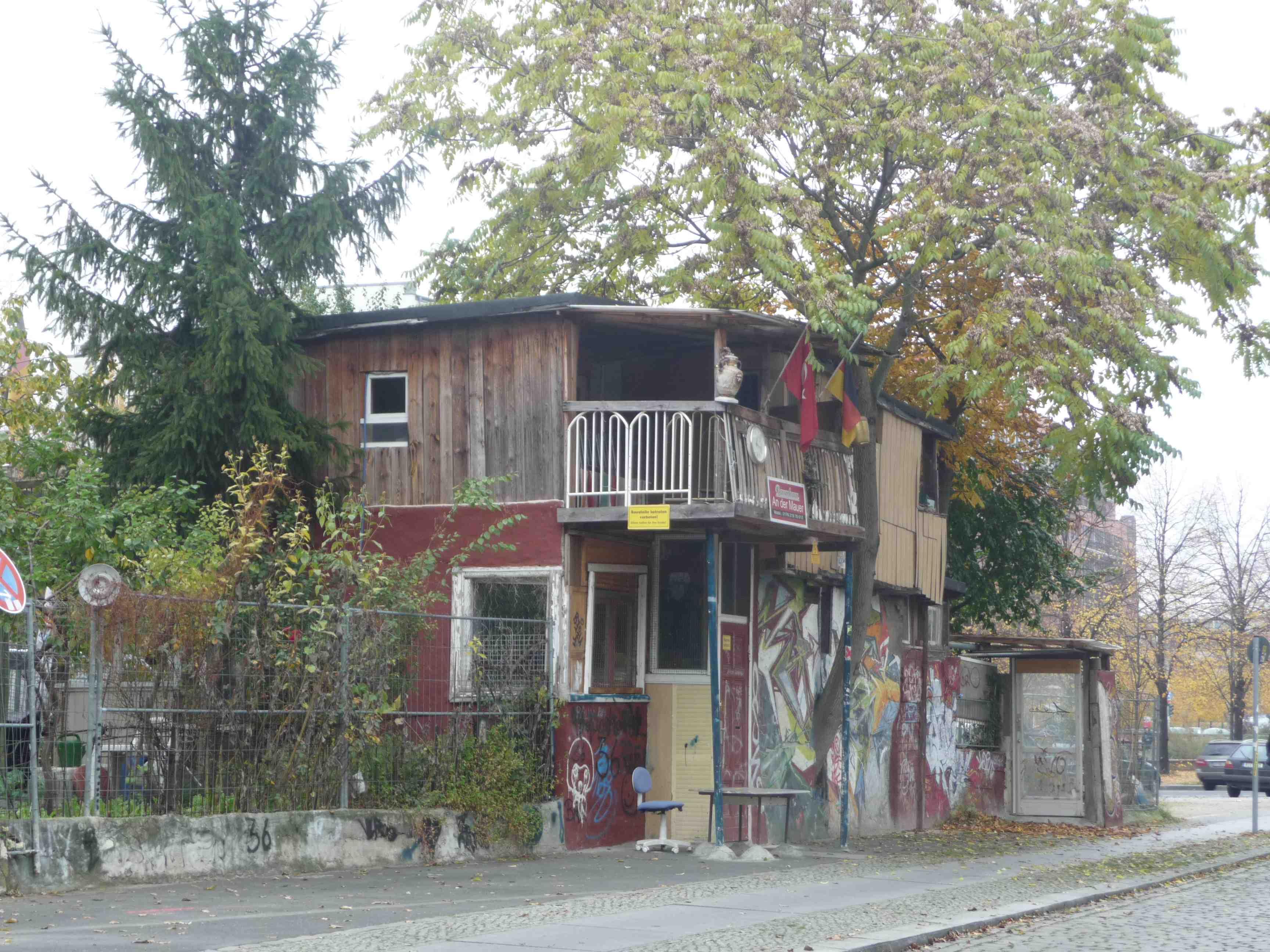 ge ekondu baumhaus an der mauer bottom up city mariska van den berg. Black Bedroom Furniture Sets. Home Design Ideas